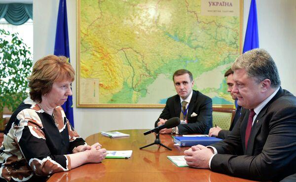 Catherine Ashton y Petró Poroshenko - Sputnik Mundo