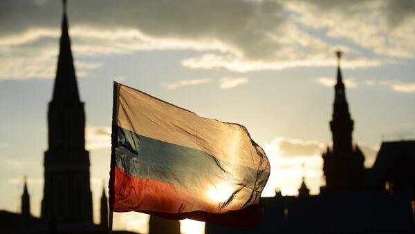 Bandera de Rusia frente a la Plaza Roja - Sputnik Mundo