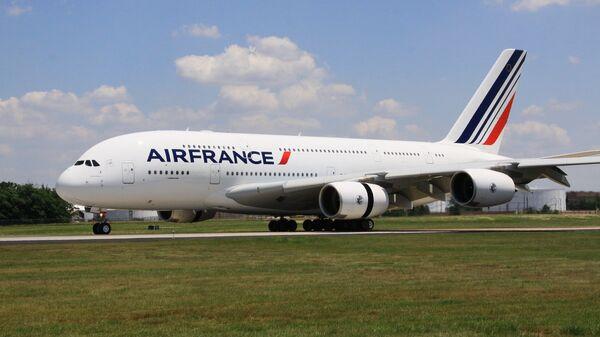 Самолет Airbus 380 (A380, авиакомпания Air France) впервые приземлился в аэропорту имени Даллеса в Вашингтоне, 6 июня 2011 года. - Sputnik Mundo