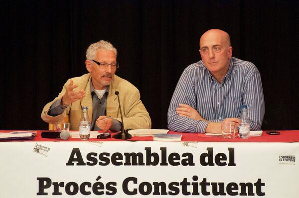 Juez Santiago Vidal (izqd.) exponiendo sus tesis durante una conferencia - Sputnik Mundo