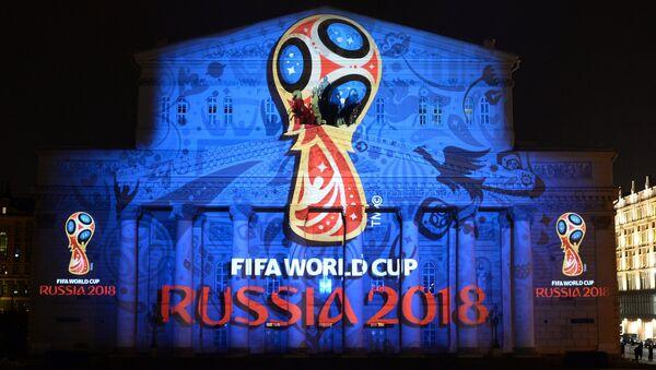 Logotipo oficial de la Copa Mundial 2018 en la fachada del Teatro Bolshoi de Moscú - Sputnik Mundo