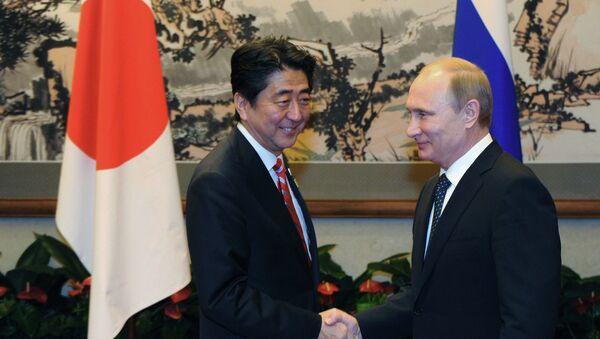 Shinzo Abe, primer ministro de Japón, y Vladímir Putin, presidente de Rusia (Archivo) - Sputnik Mundo