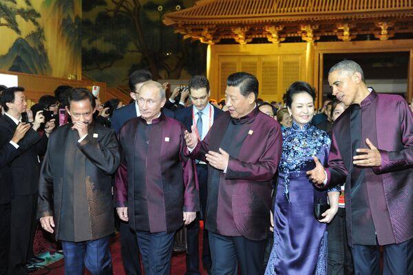 Los chinos se interesan por los trajes APEC y la vajilla APEC - Sputnik Mundo