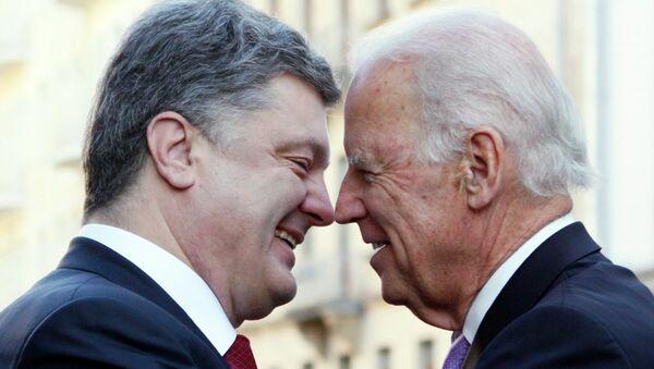 Presidente de Ucrania, Petró Poroshenko (izda,) y vicepresidente de EEUU, Joe Biden - Sputnik Mundo