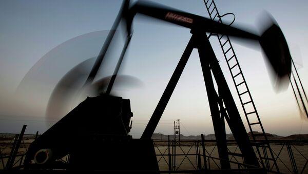 La italiana Eni predice precios bajos del crudo en 2015 - Sputnik Mundo